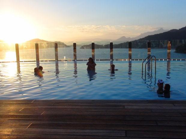 Passageiros relaxam em uma das piscinas do navio  (Foto: Flávia Mantovani/G1)