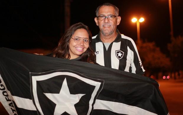 Sonja e Jofre mostrando amor ao Botafogo (Foto: Pablo Felippe)