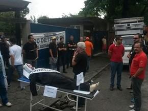 Servidores do Detran de Pernambuco fazem um protesto na manhã desta sexta-feira (31). (Foto: Cacyone Gomes / TV Globo)