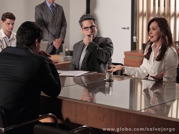 Lívia mente durante audiência e Stenio desconfia (Foto: Salve Jorge/TV Globo)