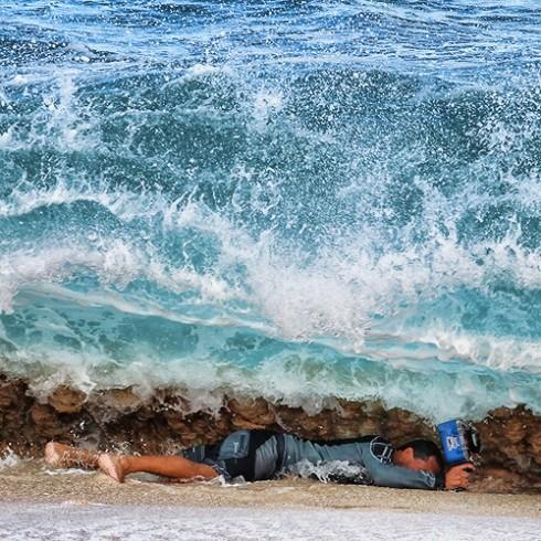 Foto (Foto: Clark Little trabalhando em Keiki Beach, no Havaí, em fevereiro deste ano - Foto: Fábio Minduim/Divulgação)