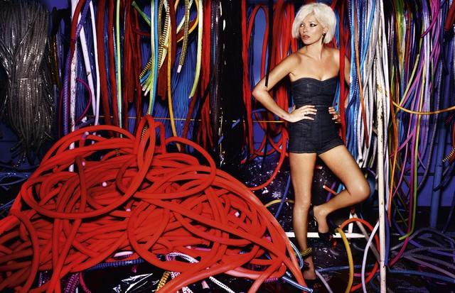 Caia na folia: um mix fashionista para pular no Carnaval! (Foto:   Mario Testino/Vogue Brasil, maio de 2011)