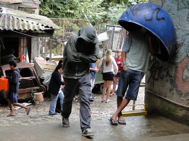 Moisés esconde o rosto para não ser reconhecido (Foto: Malhação / TV Globo)