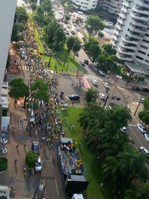 Manifestantes percorrem principal avenida de Campo Grande (Foto: Claudia Gaigher/ TV Morena)