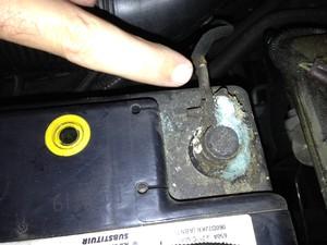 Mancha esbranquiçada é sinal de vazamento de ácido na bateria (Foto: Denis Marum/G1)