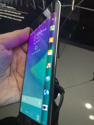 Galaxy Note Edge tem tela lateral curva, usada para atalhos de apps (Foto: Gustavo Petró/G1)