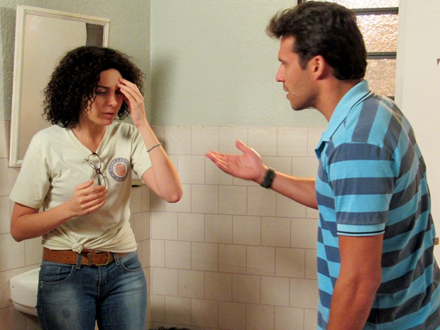 Scarlett tenta disfarçar, mas é flagrada por Ricardo (Foto: Gshow)