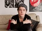 Morando sozinho aos 18 anos, Pedro Malta mostra seu apartamento