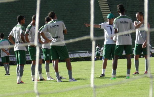 João Carlos Cavalo orienta jogadores do profissional (Foto: Felipe Santos/GLOBOESPORTE.COM)