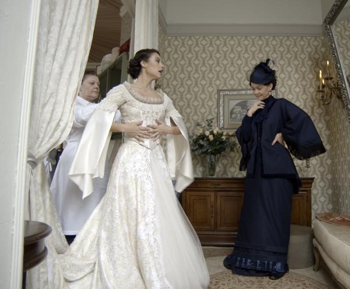 Dorotéia diz que o vestido não está pornto ainda, mas Melissa garante que não volta sem a roupa  (Foto: TV Globo)