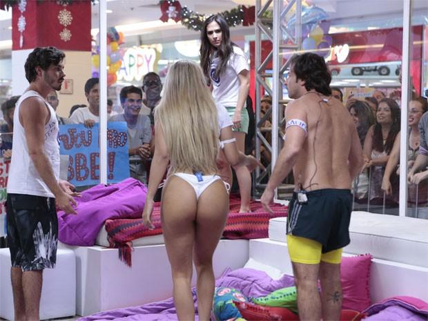 Valdirene encara Ellen (Foto: Felipe Monteiro/ TV Globo)