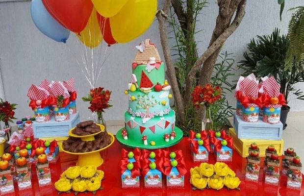 A mesa com o bolo das crianças (Foto: Reprodução Instagram)