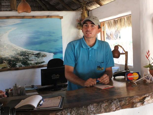 Rodrigo Alves, recepcionista de uma pousada diz que reservas foram feitas em junho (Foto: Patrícia Andrade/G1)