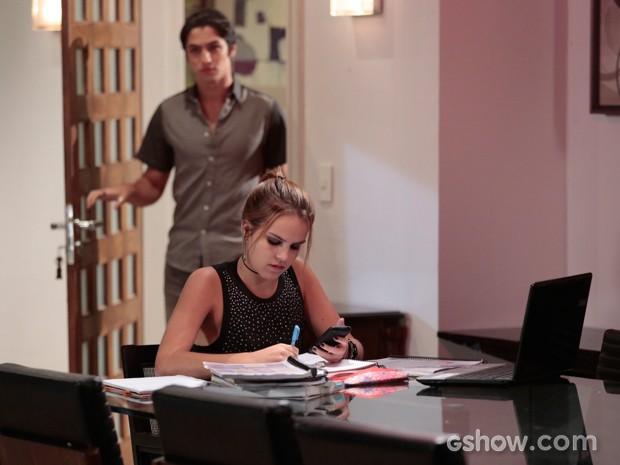 Anita lê uma mensagem de Antônio, quando ele surge no apartamento (Foto: Felipe Monteiro / TV Globo)