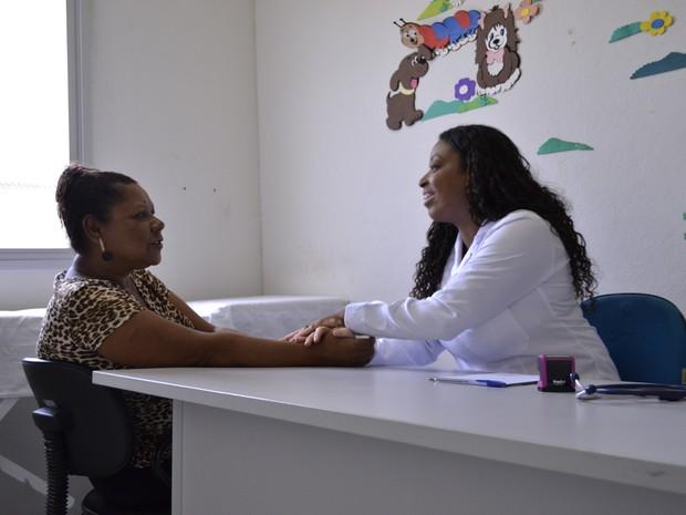 Arlei atende pacientes do bairro Aviso, em Linhares (Foto: Viviane Machado/ G1)