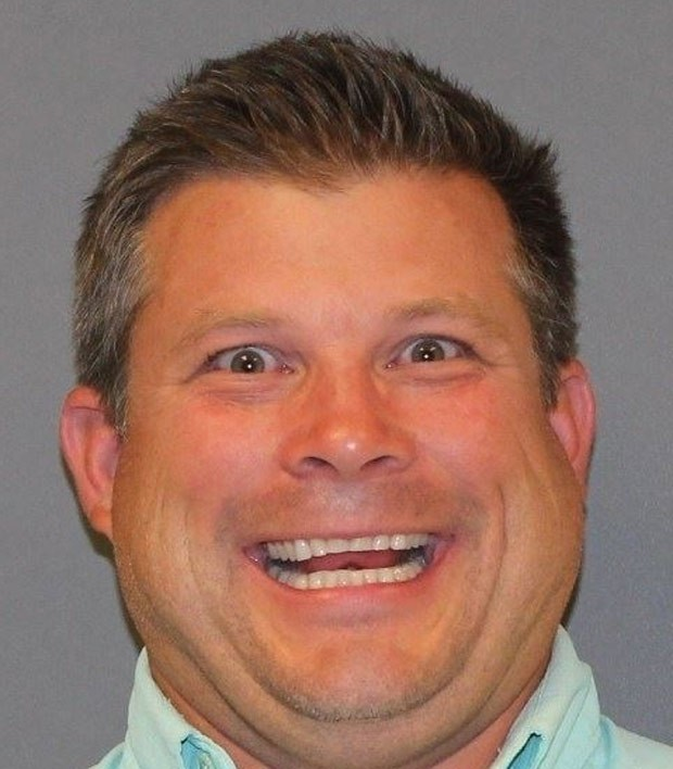 Christopher Plumlee fez careta sorridente ao posar para seu mugshot (Foto: DeSoto County Jail)