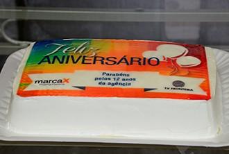 Bolo foi especialmente produzido para o aniversário (Foto: Marketing / TV Fronteira)