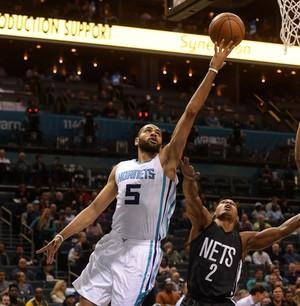 Hornets de Batum venceram os Nets (Foto: Sam Sharpe / USA Today / Reuters)