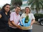 Protesto contra poluição dos rios tem cesta natalina com aguapés