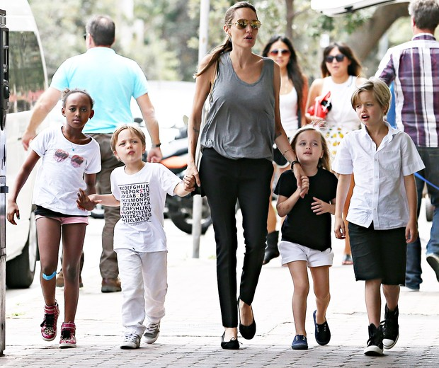 Angelina Jolie passeia com os filhos  (Foto: AKM GSI Brazil)