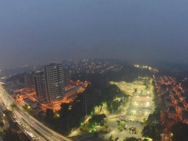 Foto registrada na quinta-feira (1º) mostra área do Conjunto Vieiralves sob fumaça (Foto: Chico Batata/Divulfação)