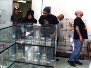 Integrantes da banda Guns N' Rosesem visita ao Museu de Anatomia Humana da Universidade de Brasília (Foto: Phellip de Carvalho/Arquivo pessoal)