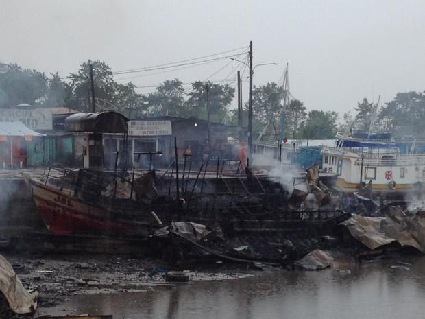 Embarcação ficou totalmente destruída (Foto: Dyepeson Martins/G1)