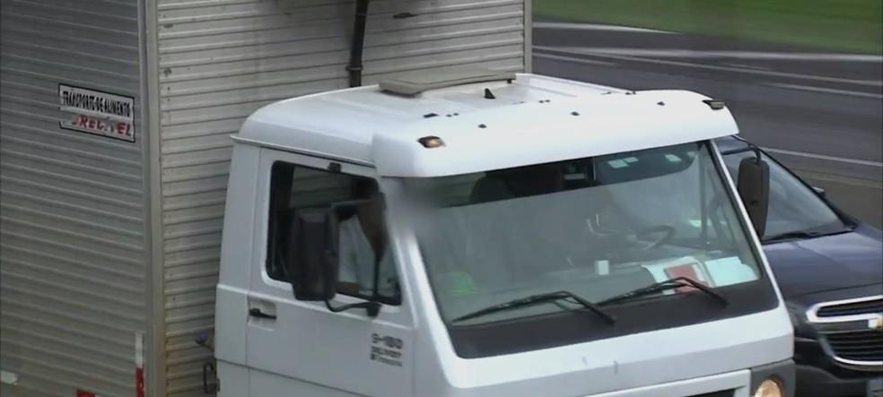 Ajudante também é visto sem o equipamento na região de Jundiaí (Foto: Reprodução/TV TEM)