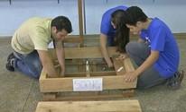 Pecuarista cria balança com madeira (Reprodução/ TV TEM)