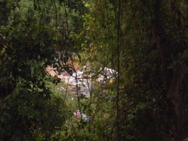 Materiais, lixos e entulhos são armazenados em área verde de Tietê (Foto: Internauta/VC no G1)