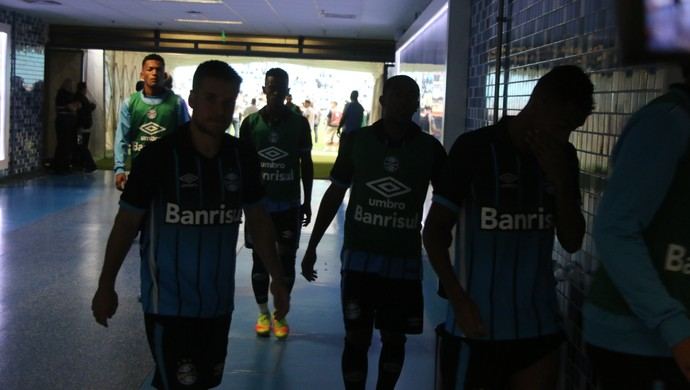 Grêmio grupo saída de campo túnel Arena zona mista (Foto: Eduardo Moura/GloboEsporte.com)