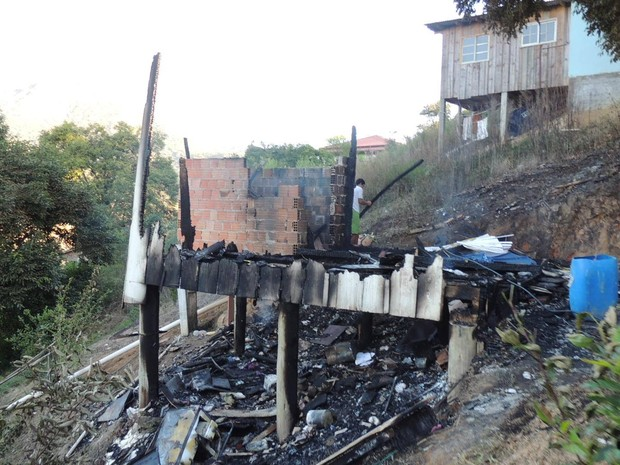 Casa foi totalmente consumida pelas chamas (Foto: João Carlos Pawlick/Defesa Civil)