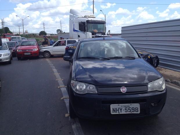 Caminhão se envolve em acidente com outros quatros carros na BR-316 em Teresina (Foto: Yara Pinho / Rede Clube)