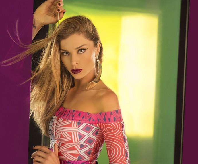 Larissa posa toda sexy para o primeiro catálogo da Like (Foto: TV Globo/Faya)
