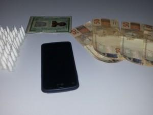 Drogas e dinheiro também foram apreendidos pela polícia (Foto: Divulgação/Stive Rock)
