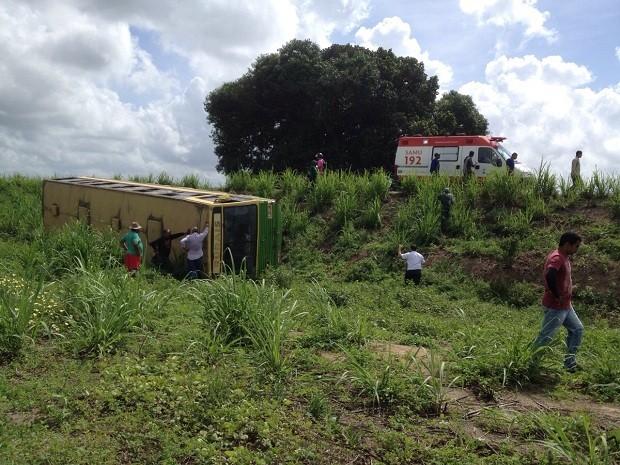 Ônibus caiu na ribanceira e tombou (Foto: Micaelle Morais/G1)
