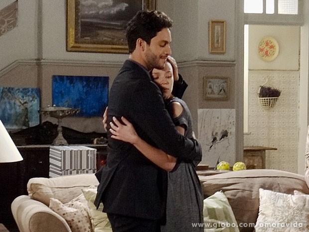 Linda dá um abraço apertado em Rafael (Foto: Amor à Vida/TV Globo)
