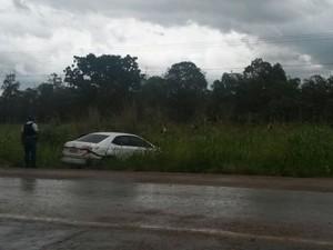 Carro em acidente na BR-070 (Foto: Polícia Militar/Divulgação)