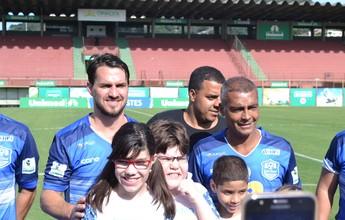 Após quase 20 anos, Sávio e Romário voltam a jogar juntos, pelo autismo