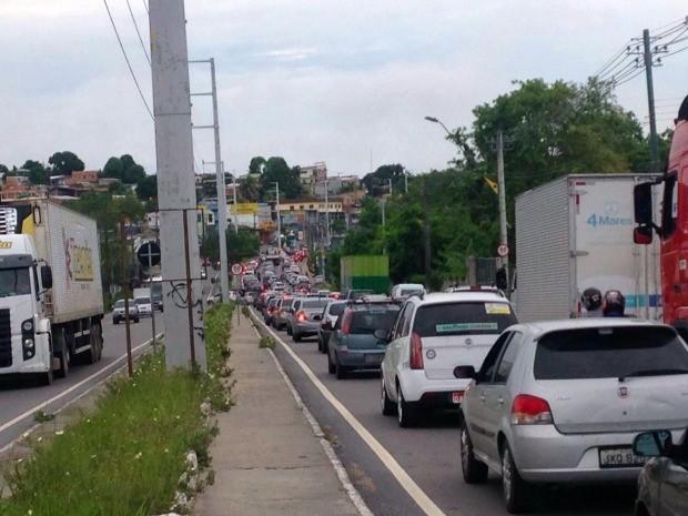 Manifestação gerou congestionamento em avenida no Distrito Industrial  (Foto: Jamile Alves/G1 AM)