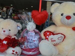 Cestas e ursos de pelúcia são os preferidos para presentes, diz gerente (Foto: Jonatas Boni/ G1)