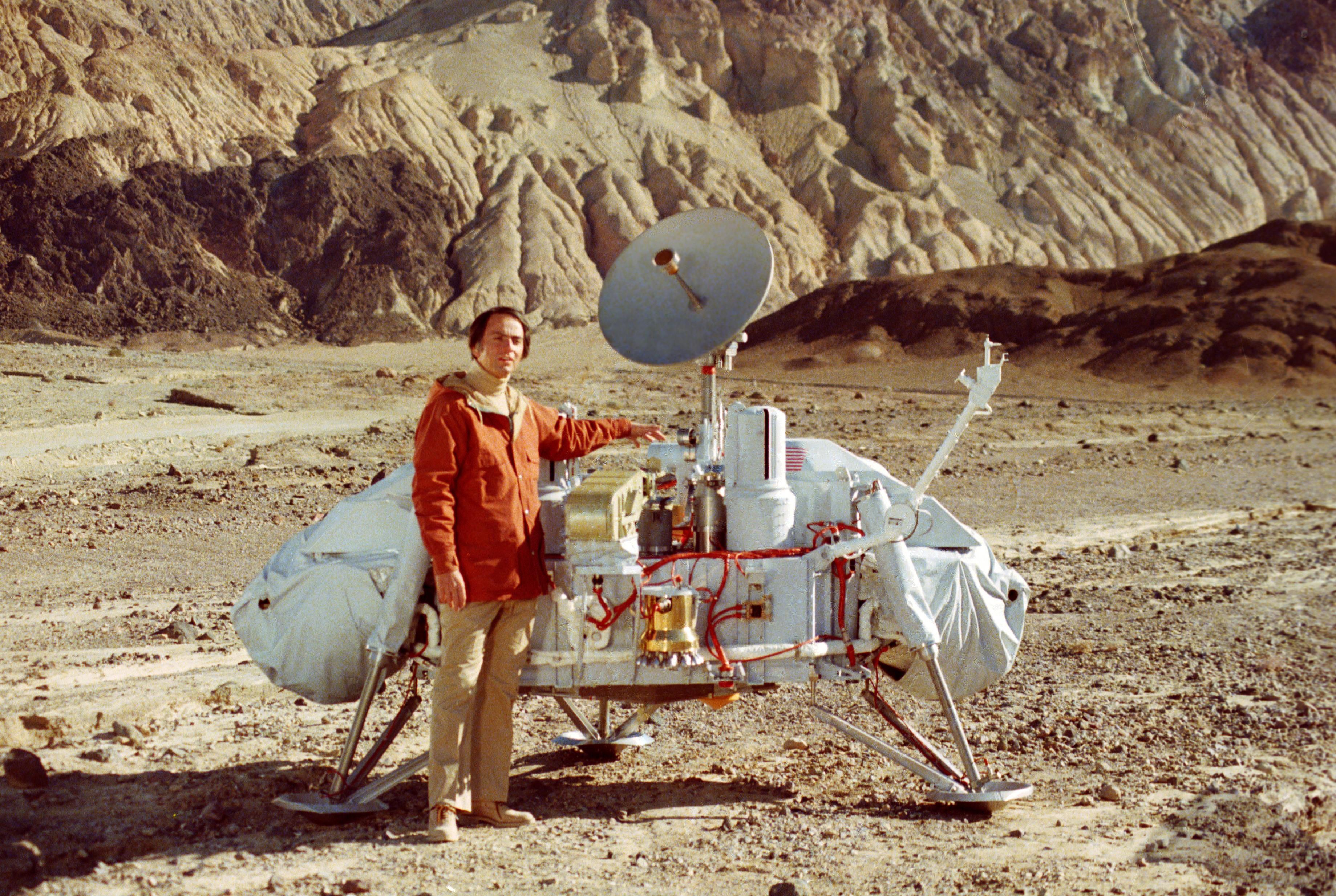 O astrônomo Carl Sagan, ao lado de uma réplica da sonda Viking, enviada a Marte nos anos 70 (Foto: Reprodução)