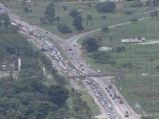 Motorista enfrenta trânsito sentido interior de pernambuco nesta semana santa (Foto: TV Globo/Reprodução)