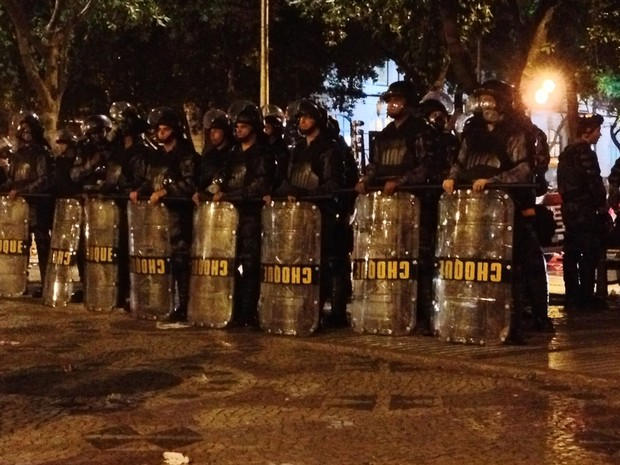 Batalhão do Choque faz bloqueio na Cinelandia (Foto: Priscilla Souza/ G1)