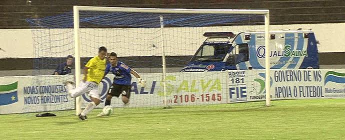 Disputa de bola entre atacante do Cene e goleiro Edmar, do Misto (Foto: Reprodução/TV Morena)