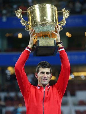 Novak Djokovic com o troféu de campeão em Pequim (Foto: Chris Hyde / Getty Images)