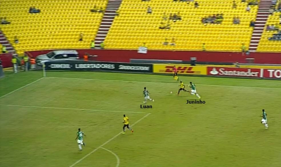 Luan faz cobertura de Juninho, que atuava pela lateral esquerda diante do Barcelona (Foto: Reprodução)