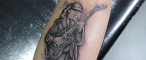 Fã aceita o desafio de tatuar o seu ídolo do rock, Angus Young, vocalista da banda AC/DC  (Reprodução / TV Diário )