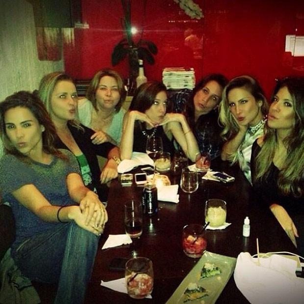 Wanessa celebra com amigas e optou por refrigerante em vez de drink alcoólico (Foto: Reprodução/Instagram)
