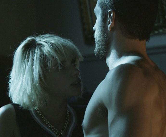 Belisa e Dante vivem um tórrido caso de amor (Foto: TV Globo)